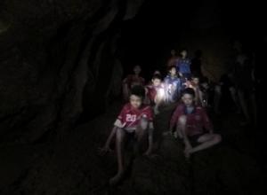 Niños sentados en una cueva