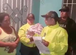 Policía entrega un bebé a su madre