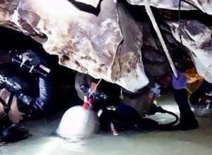 Buzos durante las operaciones de rescate de un grupo de 12 menores y su entrenador de fútbol que permanecen atrapados en la cueva Khun Nam Nang en Tailandia.