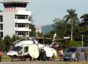 Soldados y policías tailandeses evacúan en helicóptero a uno de los niños rescatados en una base aérea en la provincia de Chiang Rai (Tailandia).