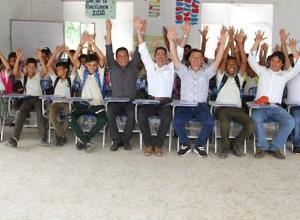 Entrega de Sillas En Colegio de Tacamocho