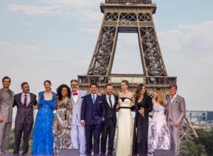 El actor estadounidense Tom Cruise posa con el productor Jake Myers y los integrantes del reparto Henry Cavill, Michelle Monaghan, Angela Basset, Simon Pegg, entre otros, en la torre Effiel durante el estreno global de Misión Imposible Repercusión.