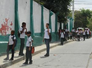 Estudiantes a las afueras del colegio