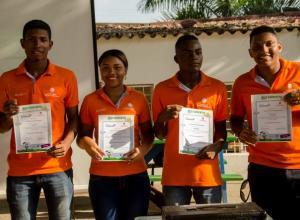 Cuatro de los ocho jóvenes beneficiados del programa de becas.