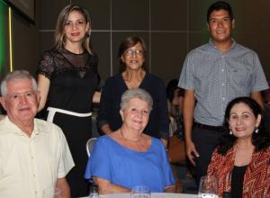 De pie: Cristina Calderón, Lucía Tarazona y Diego Cardona; sentados: José Ramón Calderón, Marie-Laure de Calderón y Alicia Haydar.