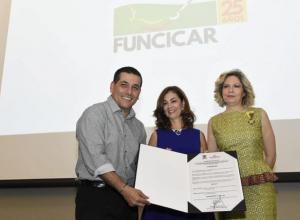 El gobernador de Bolívar, Dumek Turbay, María Claudia Trucco, presidenta de la junta directiva de Funcicar, y Carolina Calderón, directora ejecutiva de Funcicar.