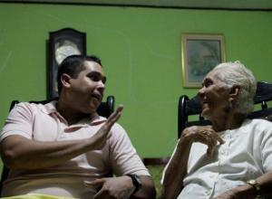 Jesús Barrios y su abuela, Olga Castillo de Barrios.