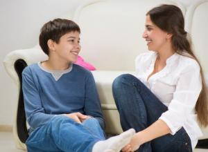 Mujer hablando con su hijo.