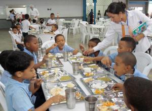Estudiantes recibiendo complemento alimentario en la IE Jorge García Usta