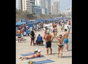 Playa llena de turistas