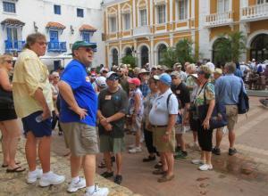 Turistas caminando en el Centro Histórico de Cartagena