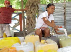 Mujer llenando agua