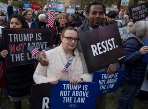 Cientos de personas participan en una manifestación contra el presidente estadounidense Donald Trump.